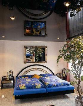натяжные потолки с лаковым или зеркальным покрытием отражают предметы и визуально увеличивают размер помещения