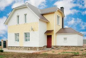 дом с виниловым сайдингом смотрится более современно и презентабельно