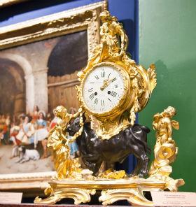 на камин устанавливают часы из мрамора и бронзы