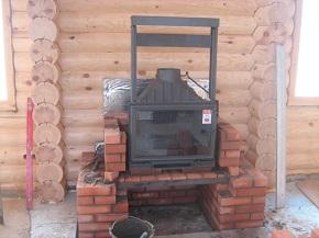На фото - установка печей каминов, somecontrast.com.