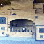 Большой комплекс барбекю с открытыми камином, вертелом, духовым шкафом и коптельней