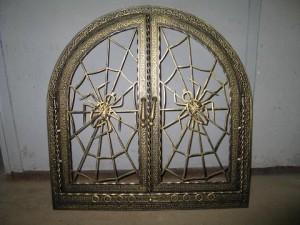 Кованная дверца с изображением паутины и паука