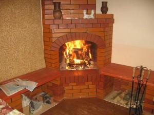 Кирпичный угловой камин в доме